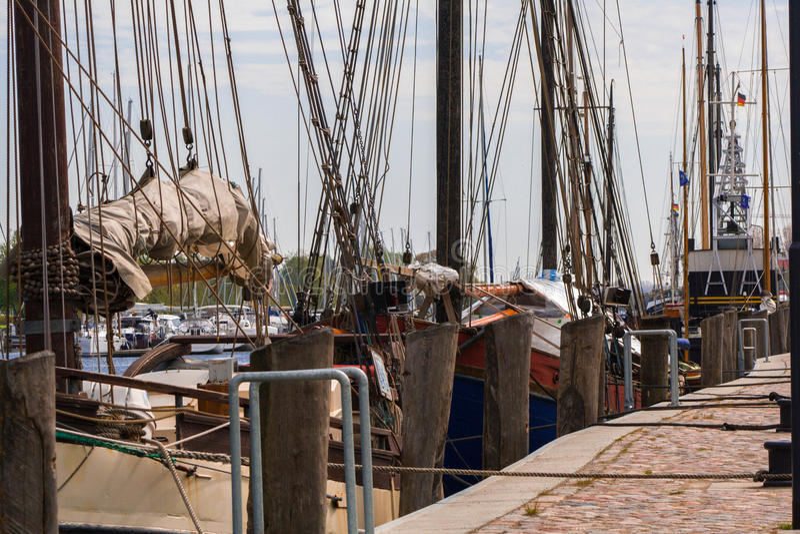 Segelboote im Hafen stockfotos