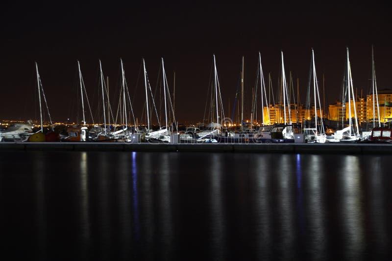 Segelboote im Hafen nachts stockfotos