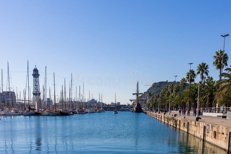 Segelboote im Hafen von Barcelona lizenzfreie stockfotos