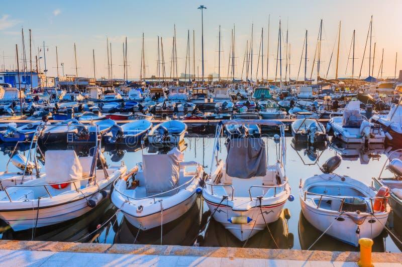 Segelboote im Jachthafen des Hafens von Livorno lizenzfreies stockbild