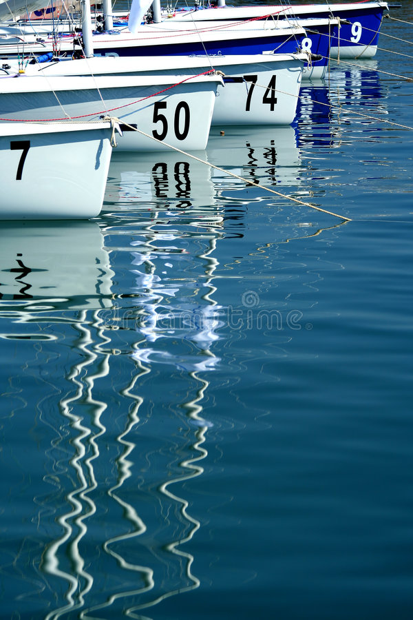 Segelboote im Jachthafen vor Anfang von Regatta lizenzfreie stockfotos