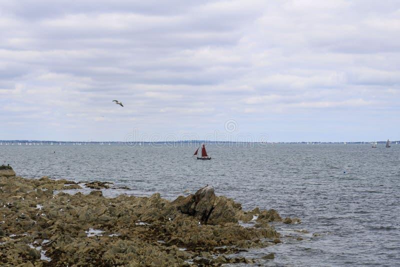 Segelboote im Meer lizenzfreie stockfotos