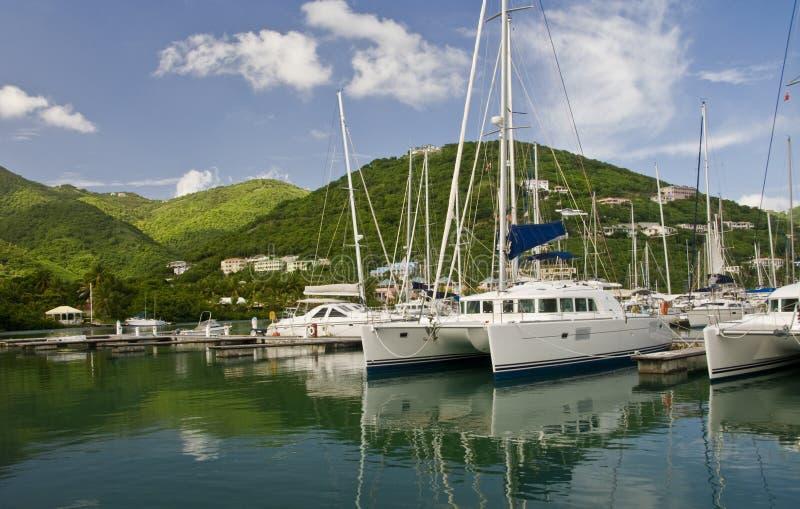 Segelboote im szenischen Jachthafen stockbilder