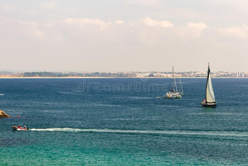 Segelboote, Katamaran und Motorbootsegeln im Ozean nahe t stockbilder