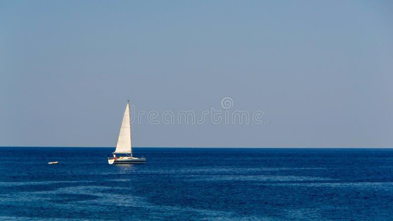 Segelboote in Meer lizenzfreie stockfotos