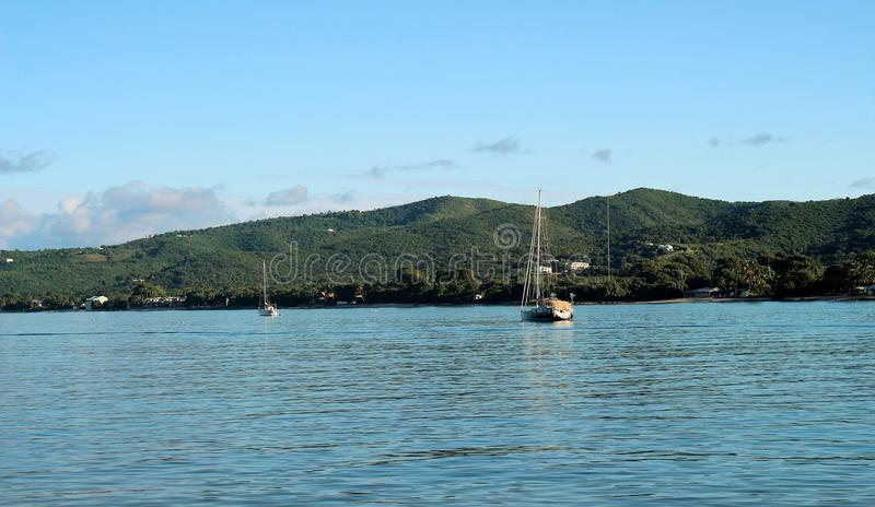 Segelboote in Meer lizenzfreie stockbilder