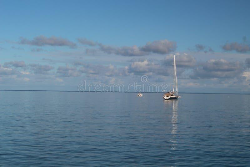 Segelboote in Meer lizenzfreies stockfoto