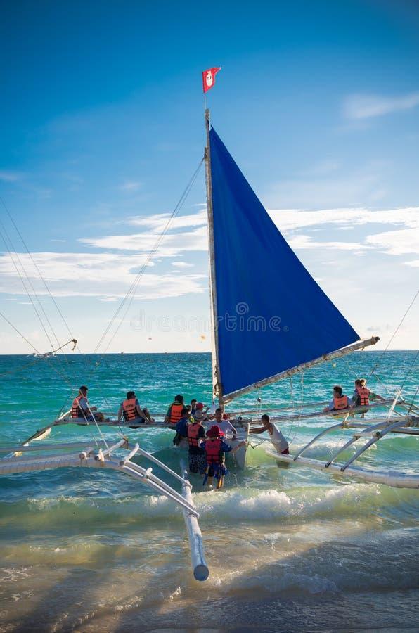 Segelboote mit Touristen stockfotos