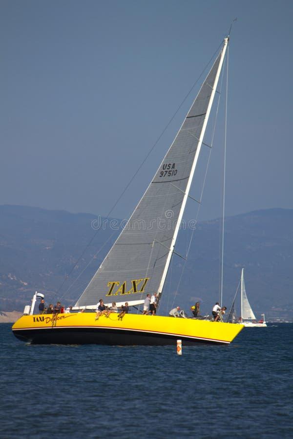 Segelboote in nassem Mittwoch-Rennen stockfotografie