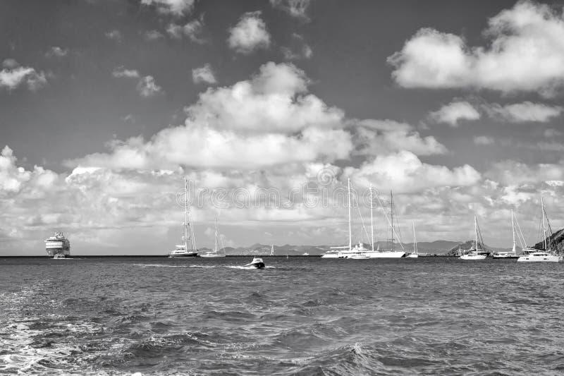 Segelboote, Schiff und Boot segeln in blaues Meer auf bewölktem Himmel im gustavia, stbarts Segeln- und Segelsportabenteuer Somme stockfoto