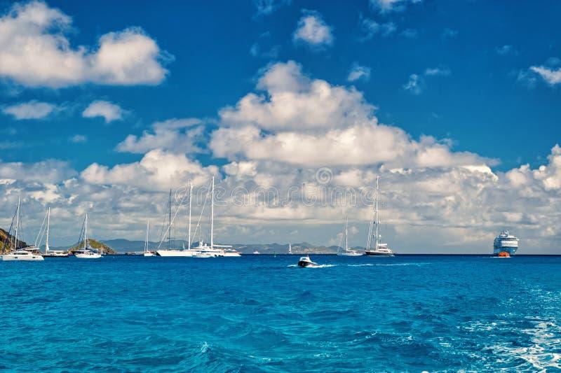Segelboote, Schiff und Boot segeln in blaues Meer auf bewölktem Himmel im gustavia, stbarts Segeln- und Segelsportabenteuer Somme stockbild
