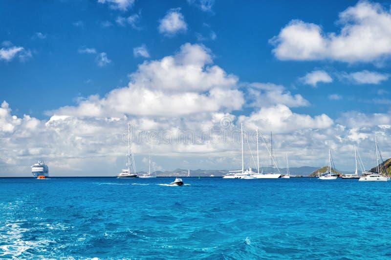 Segelboote, Schiff und Boot segeln in blaues Meer auf bewölktem Himmel im gustavia, stbarts Segeln- und Segelsportabenteuer Somme stockfotografie