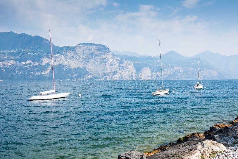 Segelboote am See Garda stockbilder