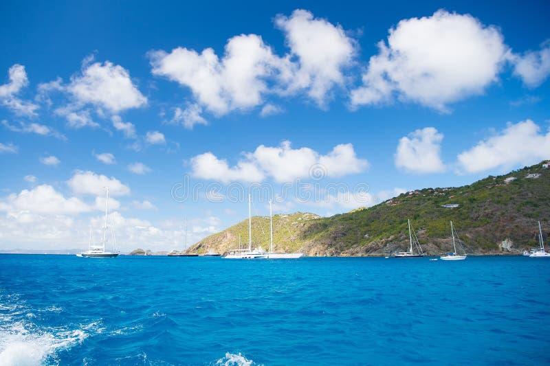 Segelboote segeln in Meer auf bewölktem blauem Himmel im gustavia, stbarts Segeln- und Segelsportabenteuer Sommerferien auf Trope stockfotos