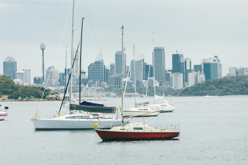 Segelboote und Ansicht von Sydney Australia lizenzfreie stockfotos