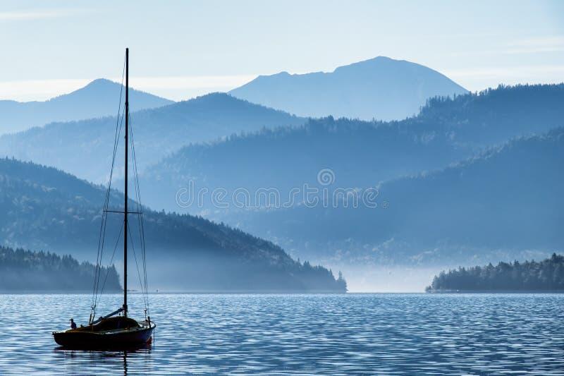Segelboote und Berge stockfoto
