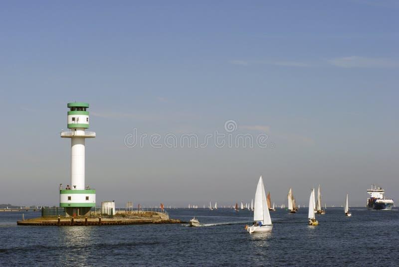 Segelboote und Containerschiff lizenzfreies stockfoto