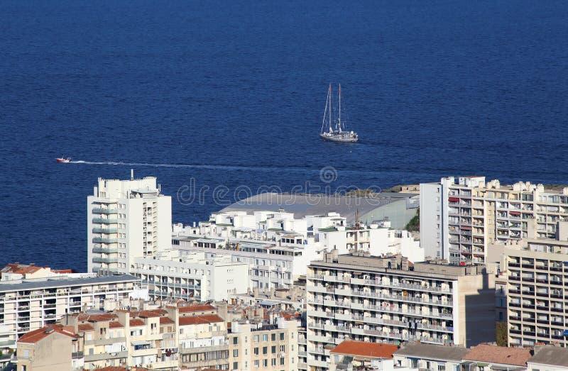 Segelboote und Wohnungen in Marseille, Frankreich lizenzfreies stockfoto