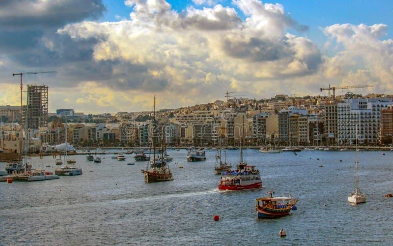 Segelboote und Yachten im Hafen reflektiert sich im Wasser, Malta, Valletta, Europa lizenzfreie stockbilder