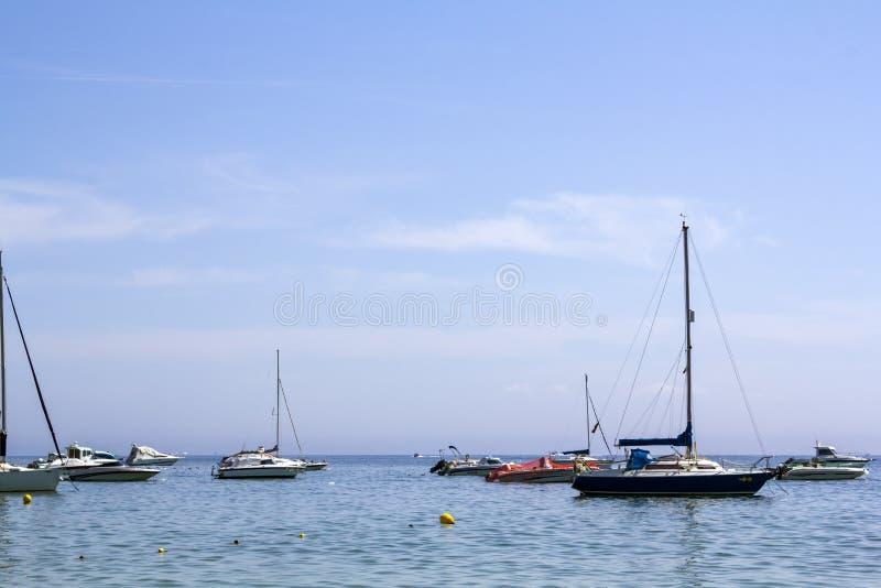 Segelboote und Yachten im Meer lizenzfreie stockfotografie