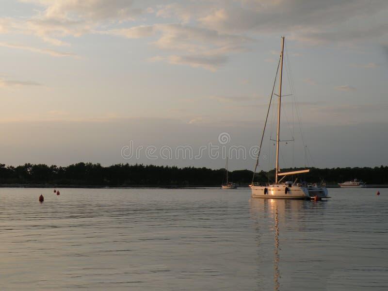 Segelboote und Yachten schwimmen auf eine ruhige Oberfläche von theAdriatic Meer, Kroatien, Europa Im Hintergrund die Küste mit m stockbilder