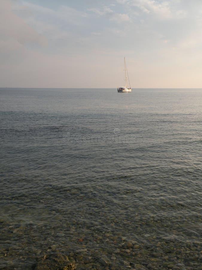 Segelboote und Yachten schwimmen auf eine ruhige Oberfläche von theAdriatic Meer, Kroatien, Europa Im Hintergrund die Küste mit m lizenzfreie stockfotografie
