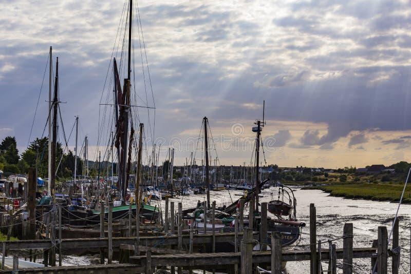 Segelboote verankert lizenzfreie stockbilder