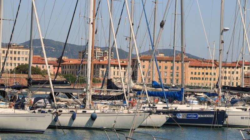 Segelboote verankert am Dock des Hafens Im Hintergrundth lizenzfreies stockbild