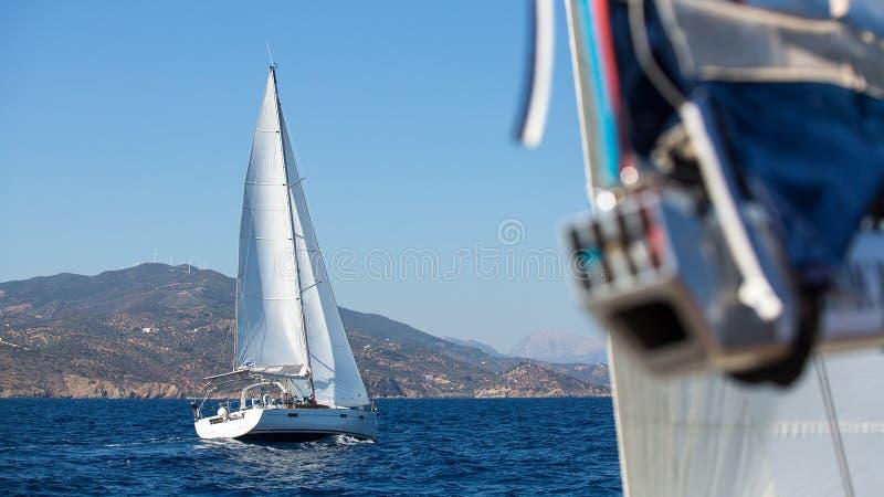 Segelboote während eines Rennens nahe den griechischen Inseln stockbilder