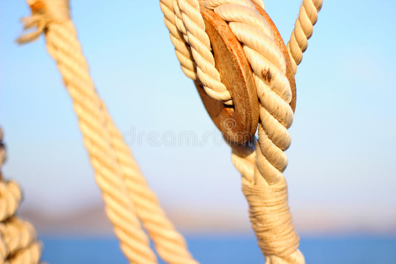 Segelbootflaschenzüge und -seile lizenzfreie stockfotografie