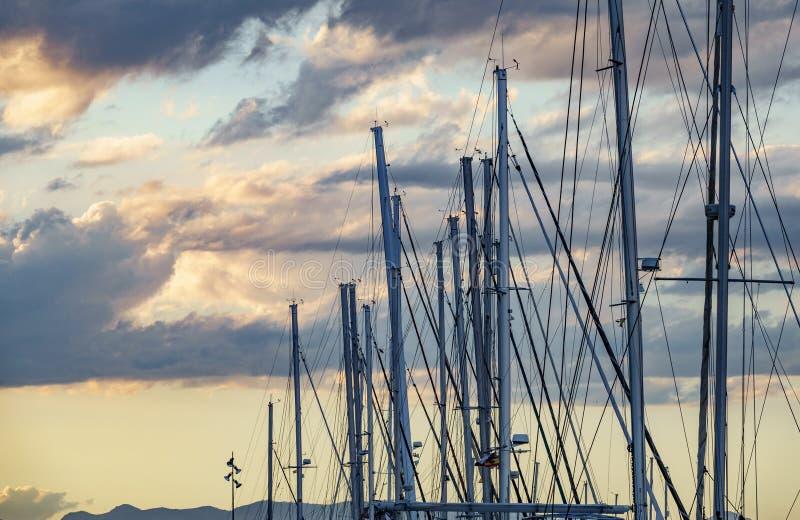 Segelbootmast gegen einen Dämmerung Himmel stockbild