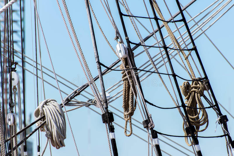 Segelbootmaste, Takelung und gerollt herauf Segel stockbilder