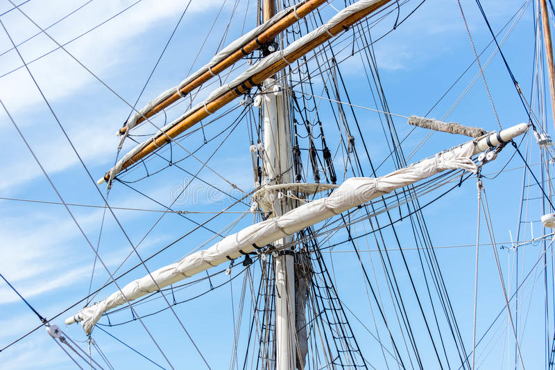 Segelbootmaste, Takelung und gerollt herauf Segel lizenzfreies stockbild