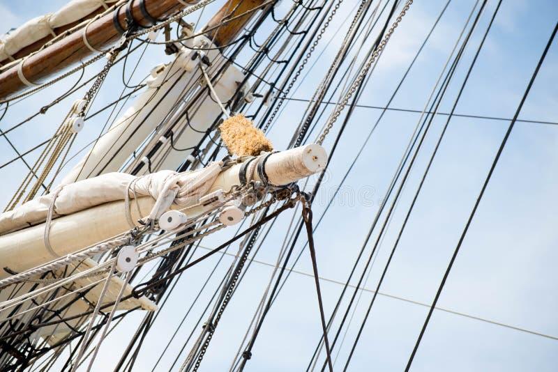 Segelbootmaste, Takelung und gerollt herauf Segel lizenzfreies stockfoto