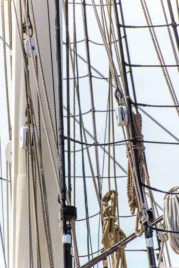 Segelbootmaste, Takelung und gerollt herauf Segel lizenzfreie stockfotos