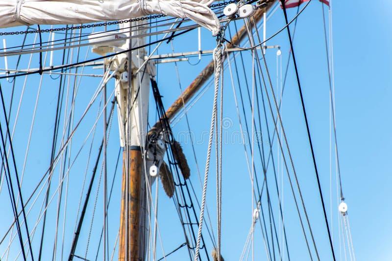 Segelbootmaste, Takelung und gerollt herauf Segel lizenzfreie stockbilder