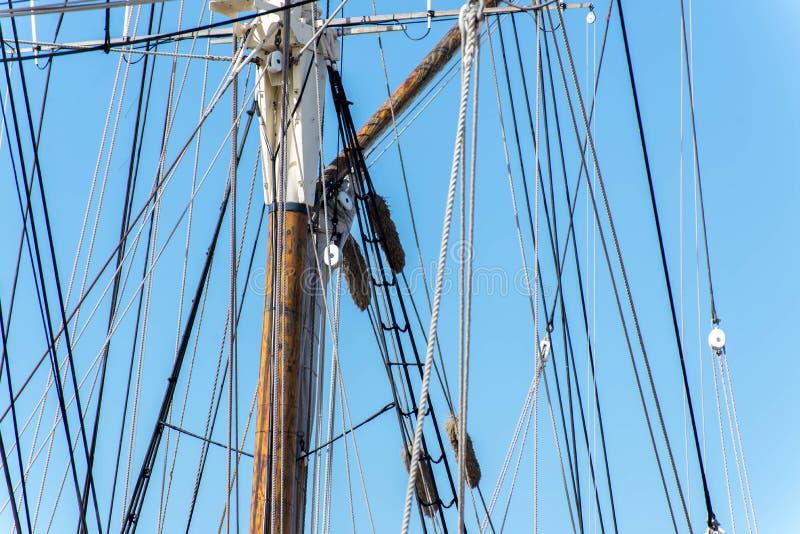 Segelbootmaste, Takelung und gerollt herauf Segel stockbild