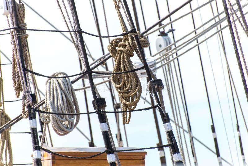 Segelbootmaste, Takelung und gerollt herauf Segel stockfoto