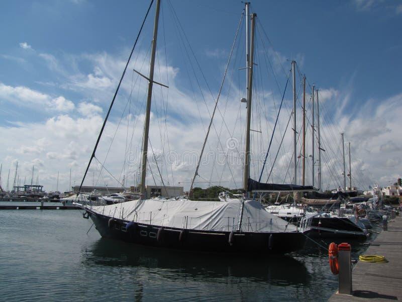 Segeljacht hält im Mittelmeerjachthafen in Spanien Winterschlaf stockfotos