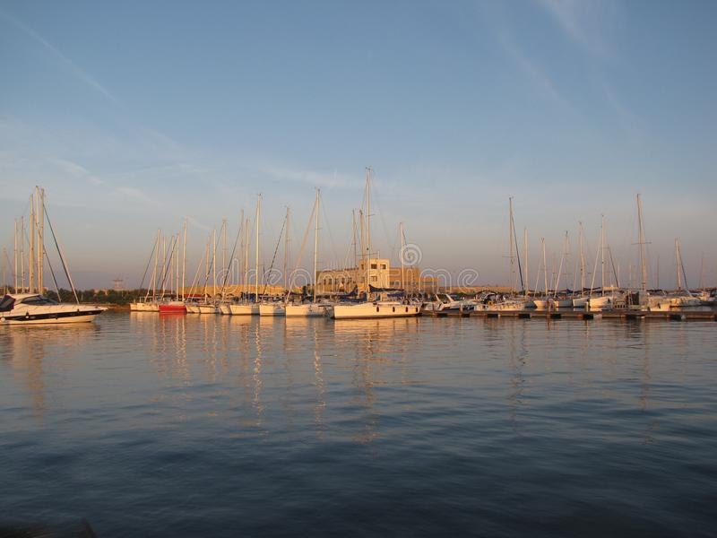 Segeljacht hält im Mittelmeerjachthafen in Spanien Winterschlaf lizenzfreie stockbilder