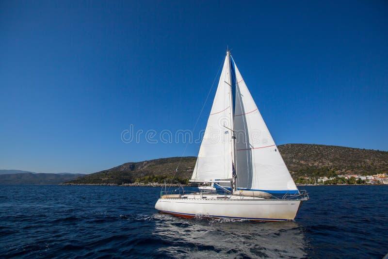 Segeljacht im Ägäischen Meer lizenzfreie stockfotografie