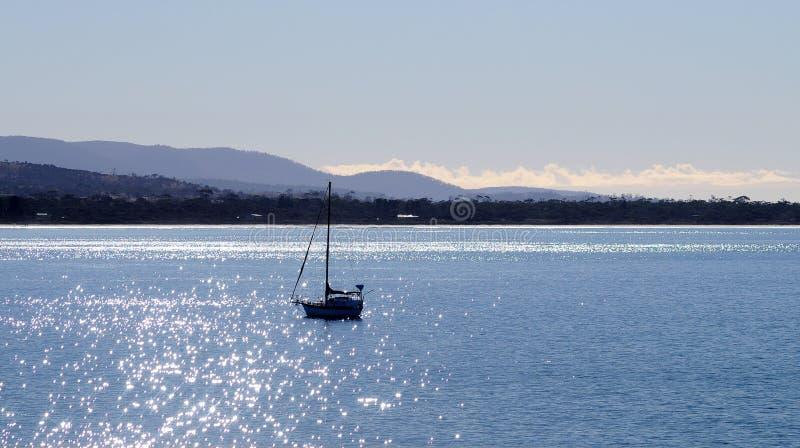 Segeljacht im hellen sonnigen blauen Ozean in Tasmanien-Bucht stockfoto