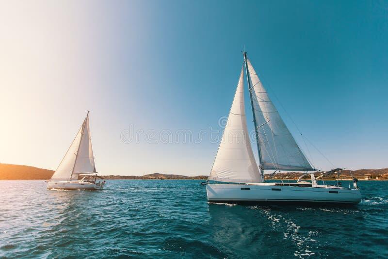 Segeljachten in dem Ägäischen Meer bei Sonnenuntergang lizenzfreie stockfotos