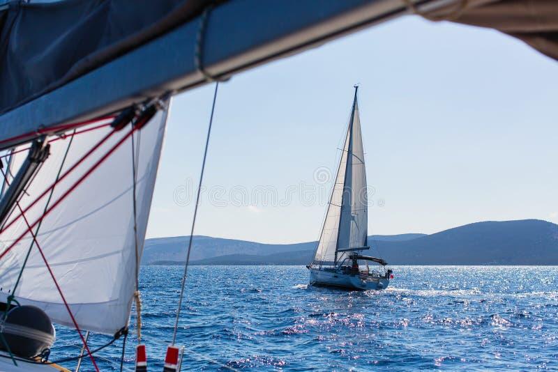 Segeljachten in dem Ägäischen Meer luxus lizenzfreie stockbilder