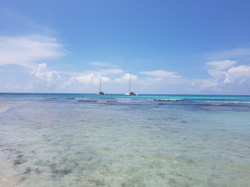 Segeljachten, die nahe der Küste, sonniger Tag, Reise schwimmen lizenzfreie stockbilder