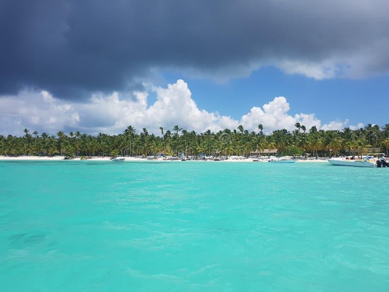 Segeljachten, die nahe der Küste, sonniger Tag, Reise schwimmen lizenzfreies stockbild