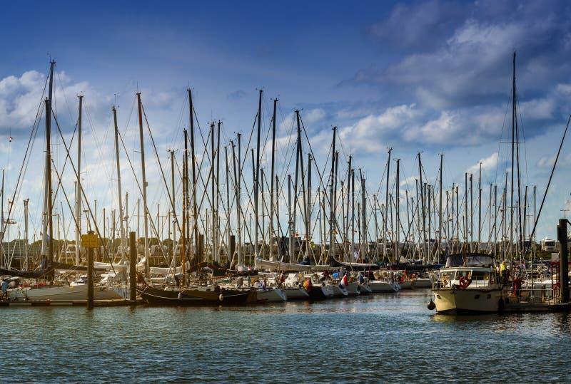 Segeljachthafen mit vielen Segelbooten in Abendlicht AG lizenzfreies stockbild