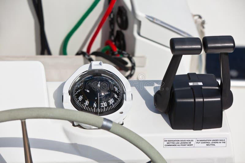 SegeljachtSteuerrad und Werkzeug stockfoto