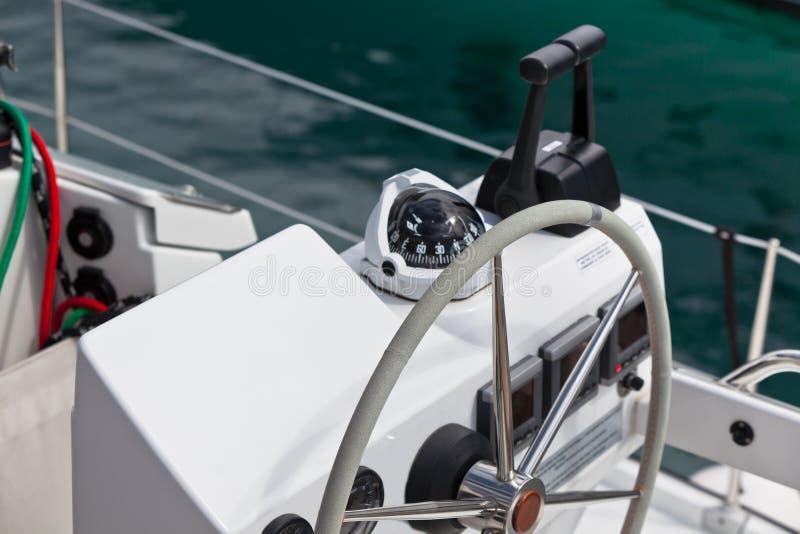 SegeljachtSteuerrad und Werkzeug stockbild