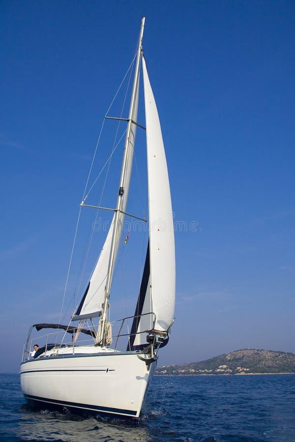 Segeln auf das adriatische Meer lizenzfreie stockfotos